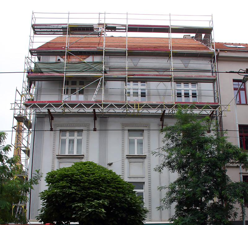 Ulice Komunardů - fasádne lešenie zavesené na konzolách