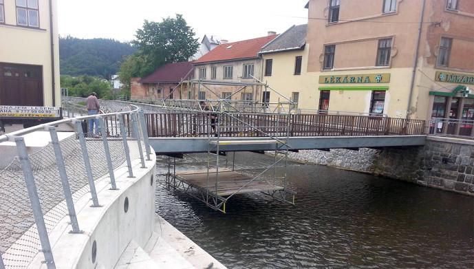 Modulové lešenie pod pešiu lávkou, Letovice u Brna, Svitava